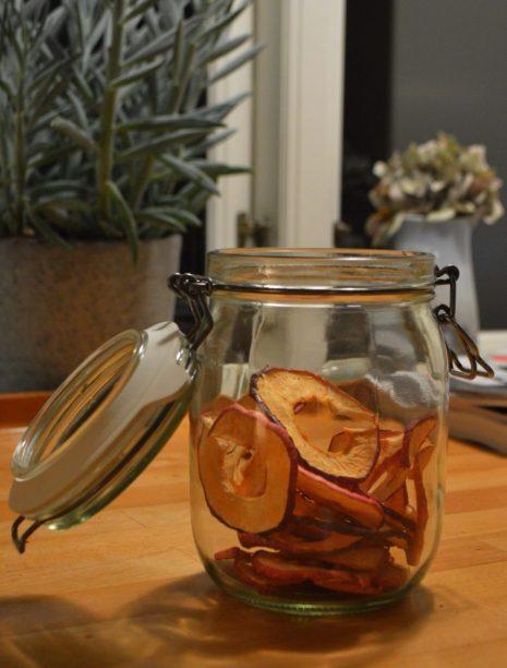 Tørrede æbler på glas
