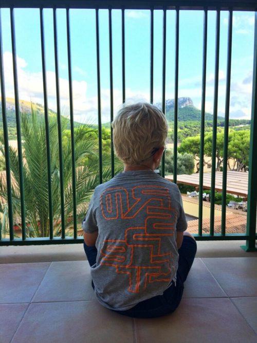 Asger nyder udsigten og freden fra balkonen.