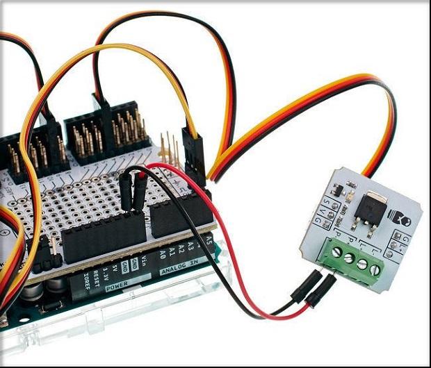 Retirez les fils de la tension de commutation sur les connecteurs R- et P +