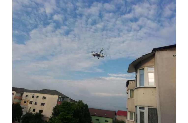Două zile de lupte cu țânțarii, un elicopter a împrăștiat insecticid peste Vaslui!