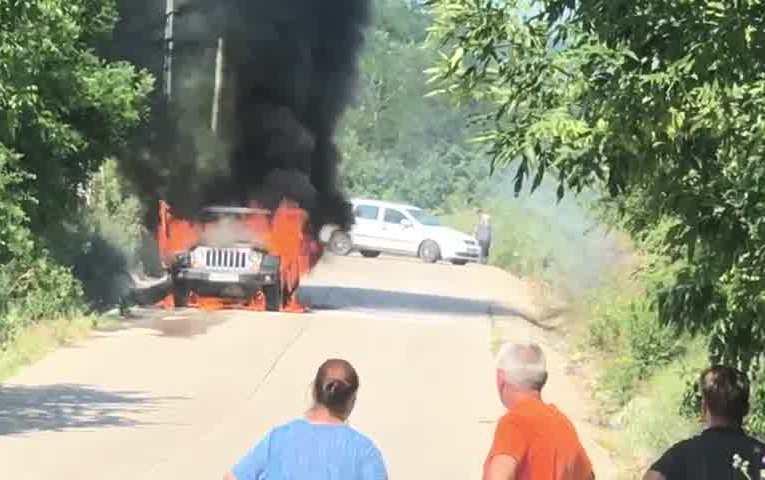 Mașină în flăcări la Costești (VIDEO)