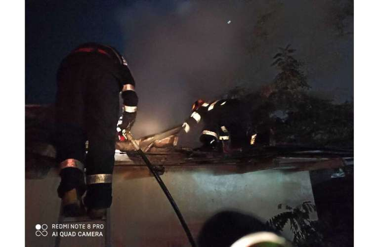 Un incendiu a mistuit o casă din Viișoara! Pompierii cred că a fost scurtcircuit electric!
