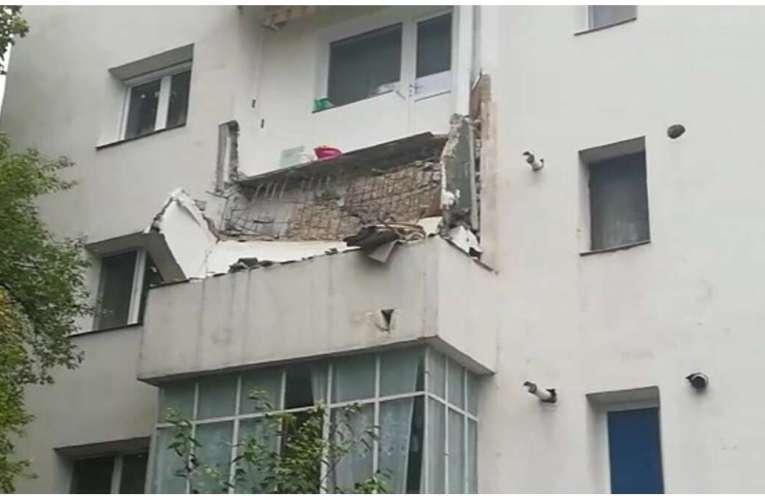 VIDEO VASLUI, azi dimineață: Balconul de la 3, prăbușit peste etajul 2!
