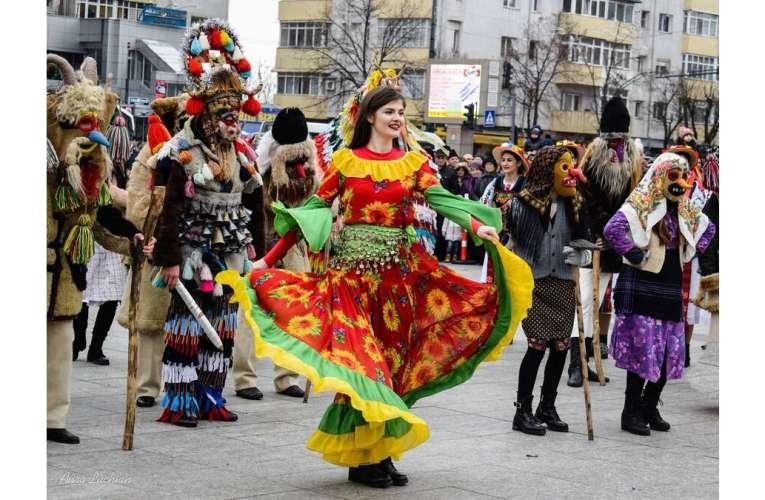 Caprele, haiducii și jienii din tot județul vor dansa online! Cei mai talentați dansatori, premiați!