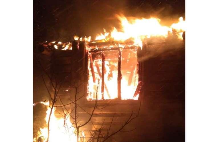 Noapte incendiara la Unțești! O casa s-a făcut scrum!