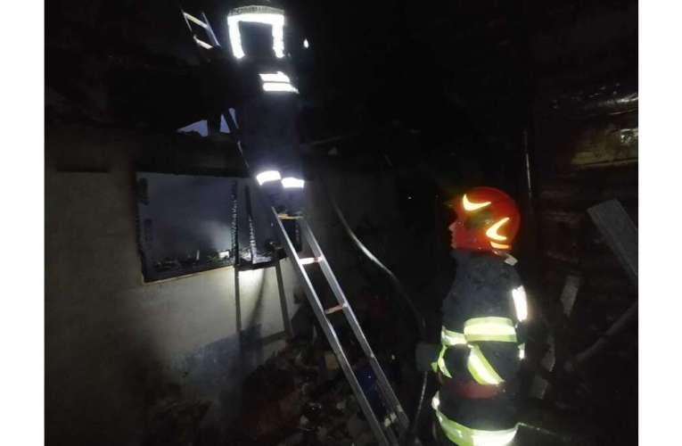 Noapte de foc la Vetrișoaia! Explozie într-un garaj, o femeie de 60 de ani a fost surprinsă de explozie!