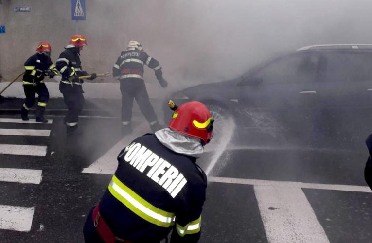O masinã a luat foc în Piata Centralã a Bârladului! Nu sunt victime!
