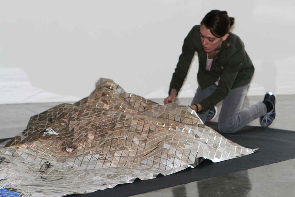 Montage de l'exposition TRIANGULATION | Installation Camille BERNARD-GRAVEL