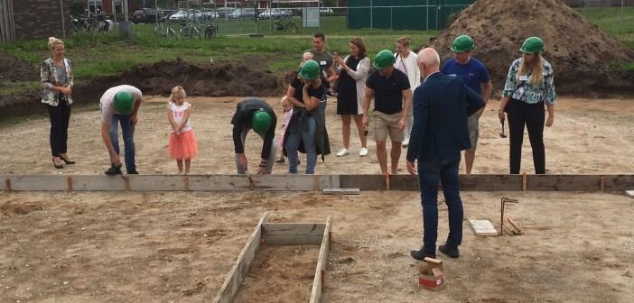 Feestelijke start bouw Heidezoom: toekomstige bewoners timmeren zelf de bekisting van de fundering