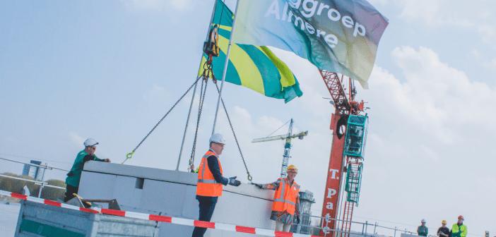 Dura Vermeer Bouw Hengelo en Zorggroep Almere bereiken hoogste punt met woonzorgcentrum Flora op het Floriadeterrein