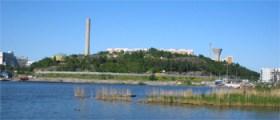 Henriksdals reningsverk och Henriksdalsberget sedda från Hammarby sjöstaden (2007)