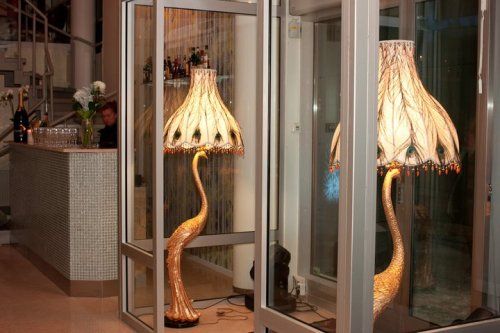 Påfågelslampor i entrén för Zee the restaurant i Henriksdalshamnen