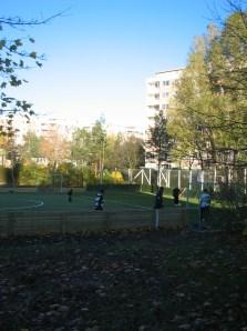 Henriksdalsbergets konstgräsplan på innergården
