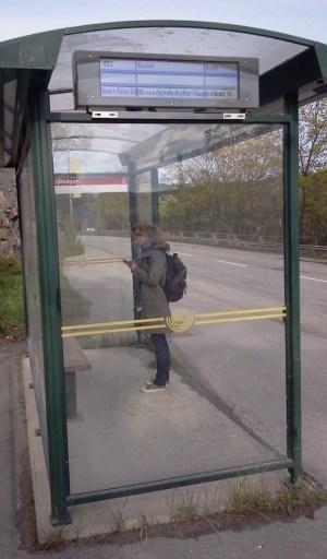 Digitala busskylten nedanför Finnberget på Kvarnholmsvägen