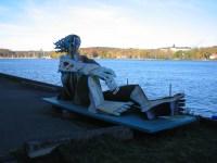 Timo Solin skulptur av en kvinna på Kavarnholmens norra kaj