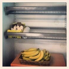 grönsaks- och frukthyllan hos handlar'n i henriksdalshamnen