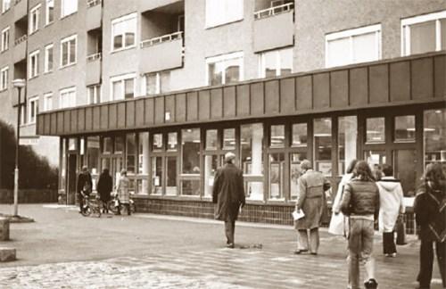nacka, henriksdalsberget: folkbiblioteket på henriksdalsringen 1, foto: lennart holmssten, mitten av 1970-talet