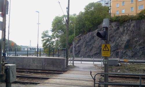 Gångväg över Saltsjöbanans spår vid Henriksdal station