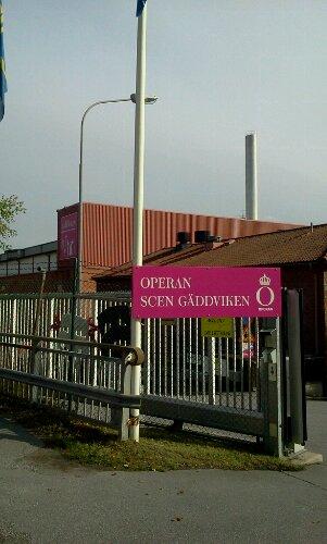 Ingången till Operans och Dramatens ateljéer på Kvarnholmsvägen 56 i Gäddviken, Nacka