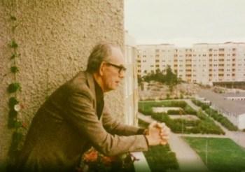 Arkitekten Tore Ahlsén tittat från sin balkong mot Henriksdalsringens innergård
