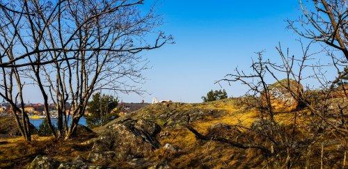 Bra ögon ser kanske hur en granner ligger på klippan och solar
