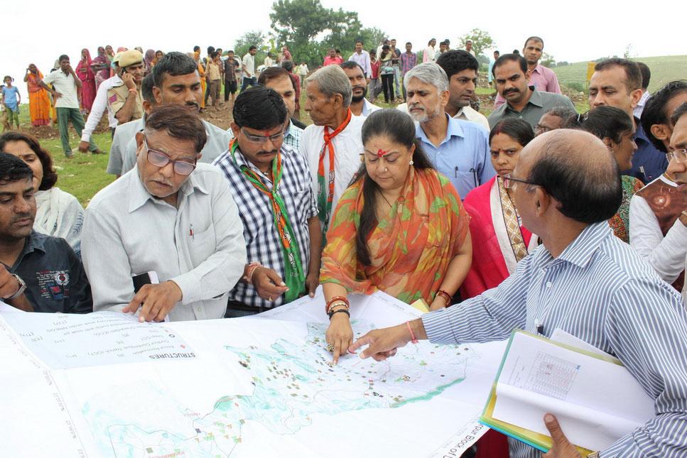 मुख्यमंत्री डूंगरपुर जिले में दाखिल होते ही एक्शन मोड में मनातफला गांव में जल स्वावलम्बन व पौधारोपण का औचक निरीक्षण किया
