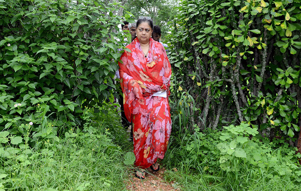 मुख्यमंत्री श्रीमती राजे ने किया जिले का आकस्मिक निरीक्षण, गांव-देहातों में सरकारी सेवाओं और कार्यक्रमों का लिया जायजा, अनियमितताओं पर कार्यवाही के निर्देश