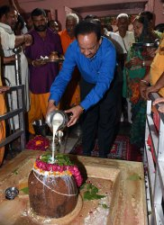 cm-inaugurated-van-mahotsav-by-planting-seeds-CLP_6737