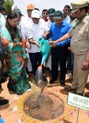 cm-inaugurated-van-mahotsav-by-planting-seeds-CLP_6930