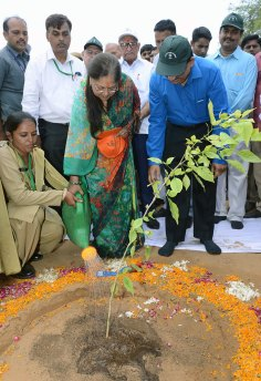 cm-inaugurated-van-mahotsav-by-planting-seeds-CMP_3716