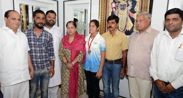 vasundhara-raje-congratulates-swimming-champion-firdaush-kayamkhani-CMA_5392