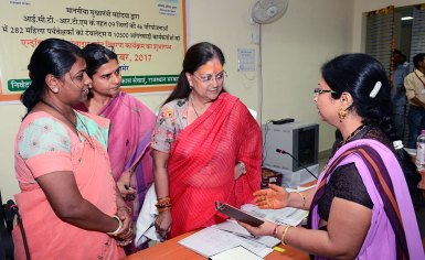 cm-gifts-Smartphone-to-Anganwadi-workers-ajmer-CMA_3548