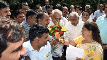 employees-association-thank-vasundhara-raje-7th-pay-commission-CLP_4785