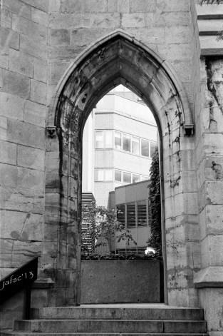 Beyond an historical door : modernity