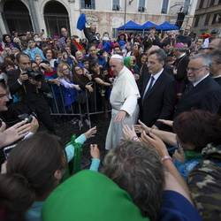 (©ANSA) THE ARRIVAL OF THE POPE AT TRASTEVERE TO VISIT SANT'EGIDIO