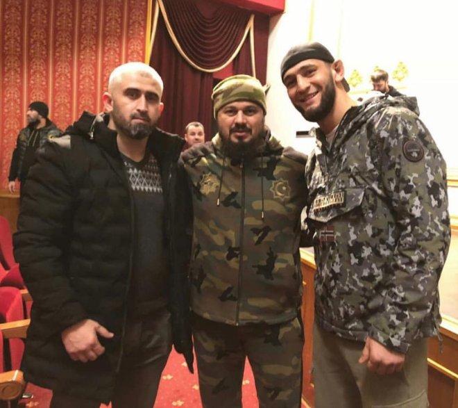 Chimaev (right) posing alongside Vismuradov (centre)