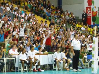 小旗を振る日本応援団。日本サッカー代表のユニフォームを着た人もたくさんいた。撮影:唐木田真里子