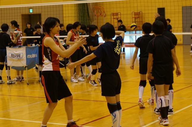 川崎市や神奈川県と連携し、年に数回、選手たちが小中高生にバレーボール指導を行っている
