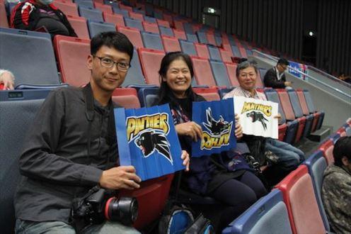 パナソニックの陳(2018年11月18日、試合観戦に訪れた台対中からの旅行客(左端)と陳の両親)_R