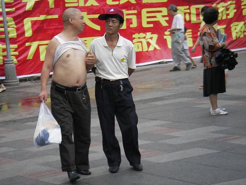 mot-bikini-cua-dan-ong-trung-quoc-gay-kho-chiu-cho-khach-tay-8