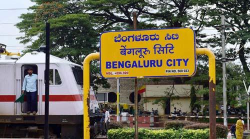 Một bảng tên viết bằng 3 tiếng Kannada (ngôn ngữ bang Karnataka), Hindi và tiếng Anh
