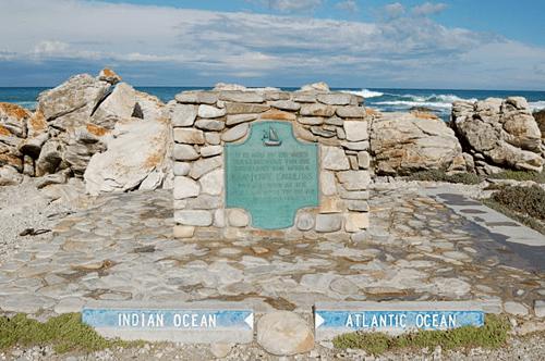 Mũi Agulhas là mũi đá nằm cách Mũi Hảo Vọng 150 km về phía nam. Một tấm bia đá được dựng lên trên bờ biển để đánh dấu nơi này, bên trái là Ấn Độ Dương, bên phải là Đại Tây Dương. Ảnh: Joachim Huber.
