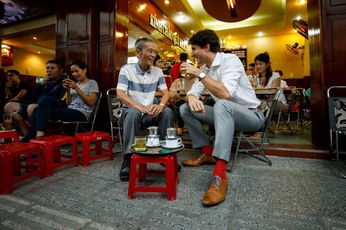 Thủ tướng Trudeau đã dùng cà phê loại Moka Robusta có giá 30.000 đồng một ly và ngồi uống ở vỉa hè, dùng ghế nhựa làm bàn như phong cách phục vụ thường ngày của quán. Ảnh: Facebook Justin Trudeau.