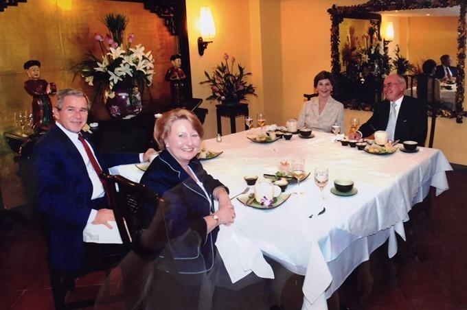 Vợ chồng Tổng thống George W. Bush dùng bữa tối cùng vợ chồng Thủ tướng Australia John Howard. Ảnh: Nhà hàng Tib.