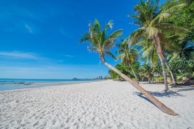 Biển xanh, cát trắng là yếu tố để khách lựa chọn Hua Hin.