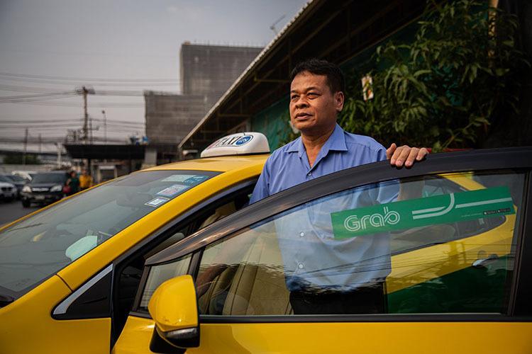 Thongsuk sinh ra và lớn lên ở đông bắc Thái Lan và gắn bó với nghề trồng lúa cho đến khi hạn hán tàn phá mùa màng. Khi đó, một người bạn từ Bangkok trở về và mang theo những câu chuyện kiếm tiền từ nghề lái taxi chở khách quốc tế. Sau đó, Thongsuk chuyển lên thủ đô lái xe chở dầu, rồi lái xe taxi. Ông và bạn lái chung một chiếc xe. Ảnh: New York Times.