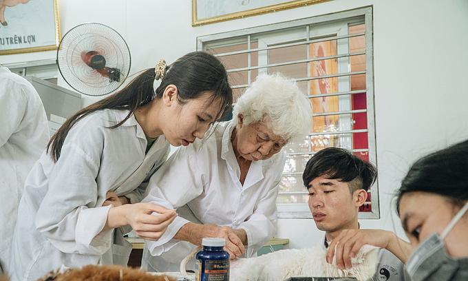 Teacher Van shows her students acupuncture techniques. Photo by VnExpres/Nguyen Ngoan.
