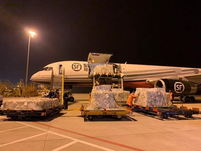 11 chuyến bay tỷ phú Diêm Chí thuê đã chở về Vũ Hán rất nhiều trang thiết bị y tế cần thiết cho Vũ Hán chống lại dịch CoVid-19. Ảnh: sina.