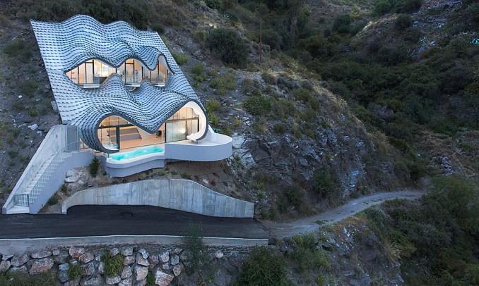Ngôi nhà nhìn từ bên ngoài như một miếng da rồng. Ảnh: Jesús Granada.