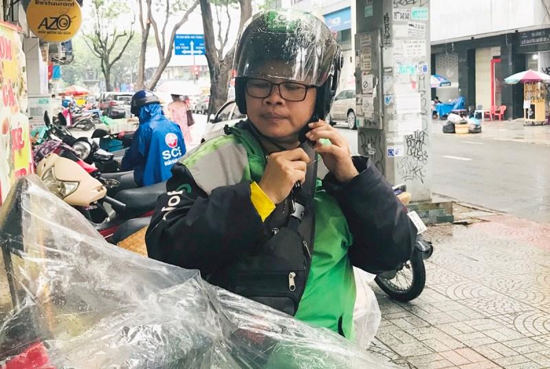 Chị Hồng tìm được nhiều đồng nghiệp thân thiết, hỗ trợ nhau khi gặp rắc rối. Đôi lúc xe hỏng giữa đường, họ lập tức ới nhau, ai gần nhất đến phụ sửa.